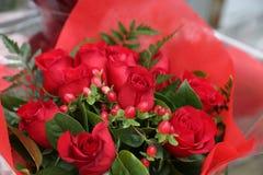 Κόκκινη κομψή ανθοδέσμη τριαντάφυλλων Στοκ Φωτογραφίες
