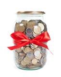 κόκκινη κορδέλλα βάζων νομισμάτων Στοκ φωτογραφία με δικαίωμα ελεύθερης χρήσης