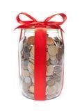 κόκκινη κορδέλλα βάζων νομισμάτων Στοκ Φωτογραφίες