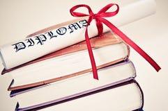 κόκκινη κορδέλλα διπλωμάτων βιβλίων Στοκ εικόνες με δικαίωμα ελεύθερης χρήσης