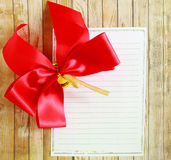 Κόκκινη κορδέλλα με το σημειωματάριο Στοκ εικόνες με δικαίωμα ελεύθερης χρήσης