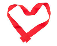 Κόκκινη κορδέλλα στη μορφή καρδιών Στοκ Φωτογραφίες