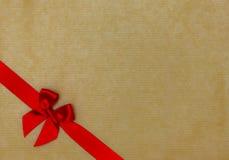 Κόκκινη κορδέλλα στο χαρτόνι Στοκ εικόνα με δικαίωμα ελεύθερης χρήσης