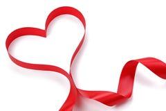Κόκκινη κορδέλλα μορφής καρδιών Στοκ Εικόνες