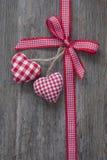 Κόκκινη κορδέλλα με τις καρδιές Στοκ Εικόνα