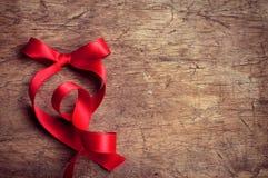 Κόκκινη κορδέλλα στον ξύλινο πίνακα Στοκ φωτογραφία με δικαίωμα ελεύθερης χρήσης