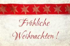 Κόκκινη κορδέλλα Χριστουγέννων στο χιονώδες υπόβαθρο Στοκ φωτογραφία με δικαίωμα ελεύθερης χρήσης