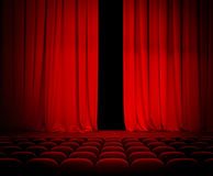 Κόκκινη κουρτίνα θεάτρων ανοικτή με τα καθίσματα στοκ εικόνα με δικαίωμα ελεύθερης χρήσης