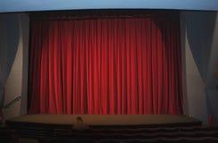 Κόκκινη κουρτίνα σε έναν κενό κινηματογράφο στοκ φωτογραφία