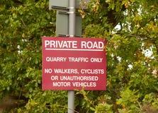 Κόκκινη κυκλοφορία οδικών λατομείων οδικών σημαδιών μετα ιδιωτική μόνο Στοκ φωτογραφία με δικαίωμα ελεύθερης χρήσης