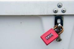 Κόκκινη κλειδαριά συνδυασμού στο κιβώτιο αποθήκευσης Στοκ Φωτογραφίες
