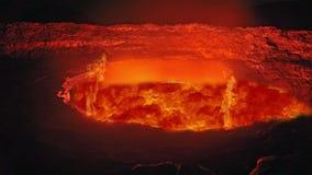 Κόκκινη λάβα πυρκαγιάς του ηφαιστείου έκρηξης Ρέοντας καυτή κόκκινη λάβα από την κορυφή του ηφαιστείου απόθεμα βίντεο