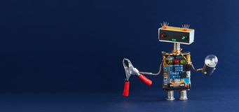 Κόκκινη λάμπα φωτός πενσών μελών των ενόπλων δυνάμεων ρομπότ στο σκούρο μπλε υπόβαθρο, διάστημα αντιγράφων Στοκ Φωτογραφίες