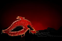 Κόκκινη μάσκα κοντά στα μαύρα μαργαριτάρια Στοκ φωτογραφία με δικαίωμα ελεύθερης χρήσης