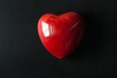 Κόκκινη μαρμάρινη καρδιά στο μαύρο