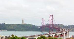 Κόκκινη μεταλλική γέφυρα αναστολής στη Λισσαβώνα, αυτοκίνητα που κινείται, timelapse 4k βίντεο απόθεμα βίντεο