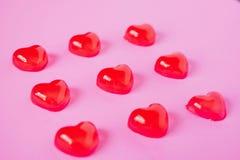 Κόκκινη μορφή καρδιών καραμελών βαλεντίνων στο ροζ στοκ φωτογραφίες με δικαίωμα ελεύθερης χρήσης