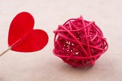 Κόκκινη μορφή καρδιών και ένα στροφίο αχύρου Στοκ Φωτογραφίες
