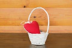 Κόκκινη μορφή καρδιών στο καλάθι σε ξύλινο Στοκ φωτογραφία με δικαίωμα ελεύθερης χρήσης