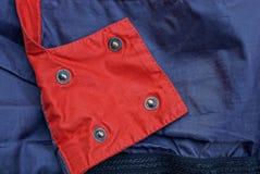 Κόκκινη μπλε σύσταση υφάσματος με τα καρφιά σιδήρου Στοκ Φωτογραφία