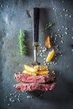 Κόκκινη μπριζόλα και χρυσά τηγανητά Στοκ φωτογραφία με δικαίωμα ελεύθερης χρήσης