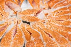 Κόκκινη μπριζόλα ψαριών σολομών στην αγορά ψαριών Ακατέργαστες φρέσκες μπριζόλες των ψαριών σολομών ως υπόβαθρο Μεγάλος σωρός της Στοκ Φωτογραφία