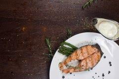 Κόκκινη μπριζόλα ψαριών σολομών σχαρών στοκ φωτογραφία με δικαίωμα ελεύθερης χρήσης