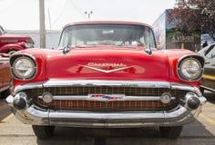 1957 κόκκινη μπροστινή άποψη νομάδων Chevy Στοκ Εικόνες