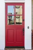 Κόκκινη μπροστινή πόρτα ενός σπιτιού με την αντανάκλαση Στοκ φωτογραφία με δικαίωμα ελεύθερης χρήσης