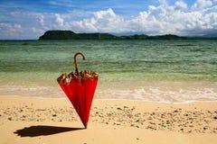 κόκκινη μόνιμη ομπρέλα άμμου Στοκ φωτογραφίες με δικαίωμα ελεύθερης χρήσης