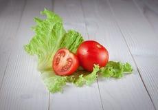 Κόκκινη ντομάτα στο μαρούλι Στοκ Εικόνες