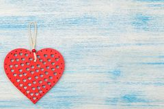 Κόκκινη ξύλινη καρδιά σε ένα μπλε ξύλινο υπόβαθρο τοποθετήστε το κείμενο βαλεντίνος ημέρας s επάνω από την όψη στοκ εικόνα με δικαίωμα ελεύθερης χρήσης