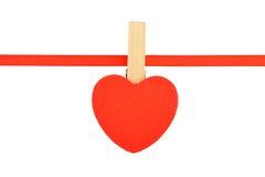 Κόκκινη ξύλινη καρδιά στην κορδέλλα που απομονώνεται στο λευκό Στοκ εικόνα με δικαίωμα ελεύθερης χρήσης