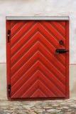 Κόκκινη ξύλινη πόρτα Στοκ εικόνες με δικαίωμα ελεύθερης χρήσης
