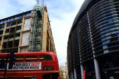 Κόκκινη οδός πυροβόλων λεωφορείων του Λονδίνου η πόλη Λονδίνο Ηνωμένο Βασίλειο Στοκ Φωτογραφίες