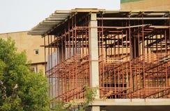 κόκκινη δομή μετάλλων υπό μορφή πλαισίου στο εργοτάξιο οικοδομής το κτήριο Στοκ Εικόνα