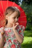 κόκκινη ομπρέλα κοριτσιών στοκ εικόνες