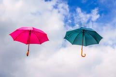 Κόκκινη ομπρέλα και πράσινη ομπρέλα που επιπλέουν στον αέρα Στοκ εικόνες με δικαίωμα ελεύθερης χρήσης