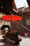 Κόκκινη ομπρέλα στο ταϊλανδικό σπίτι ύφους Στοκ εικόνα με δικαίωμα ελεύθερης χρήσης