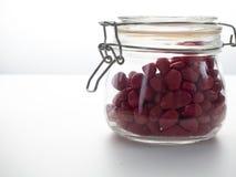 Κόκκινη πέτρα σε ένα μπουκάλι γυαλιού στοκ εικόνα με δικαίωμα ελεύθερης χρήσης
