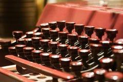Κόκκινη παλαιά αναδρομική εκλεκτής ποιότητας παλαιά γραφομηχανή Στοκ Εικόνες