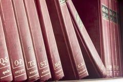 Κόκκινη παλαιά εγκυκλοπαίδεια στοκ φωτογραφίες με δικαίωμα ελεύθερης χρήσης