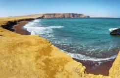 Κόκκινη παραλία άμμου της εθνικής επιφύλαξης Paracas στο Περού Στοκ Φωτογραφία