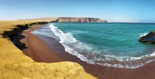 Κόκκινη παραλία άμμου της εθνικής επιφύλαξης Paracas στο Περού Στοκ Εικόνα