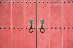 Κόκκινη παλαιά πόρτα ξύλινη Στοκ εικόνα με δικαίωμα ελεύθερης χρήσης