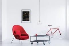 Κόκκινη πολυθρόνα στο φωτεινό στούντιο στοκ φωτογραφίες με δικαίωμα ελεύθερης χρήσης