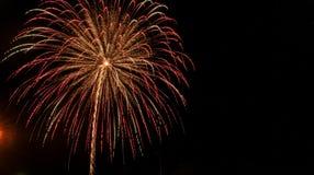 Κόκκινη, πράσινη, και χρυσή έκρηξη πυροτεχνημάτων πηγών σε ένα μαύρο κλίμα στο τέταρτο του Ιουλίου στοκ φωτογραφίες