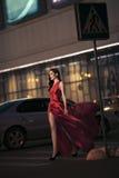 κόκκινη προκλητική καλυμμένη γυναίκα κινήσεων φορεμάτων Στοκ φωτογραφία με δικαίωμα ελεύθερης χρήσης