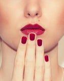 Κόκκινη προκλητική κινηματογράφηση σε πρώτο πλάνο χειλιών και καρφιών κλειστό στόμα Μανικιούρ και Makeup Στοκ Εικόνα