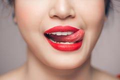 Κόκκινη προκλητική χειλική κινηματογράφηση σε πρώτο πλάνο Αποτελέστε την έννοια Όμορφα τέλεια χείλια στοκ φωτογραφίες με δικαίωμα ελεύθερης χρήσης